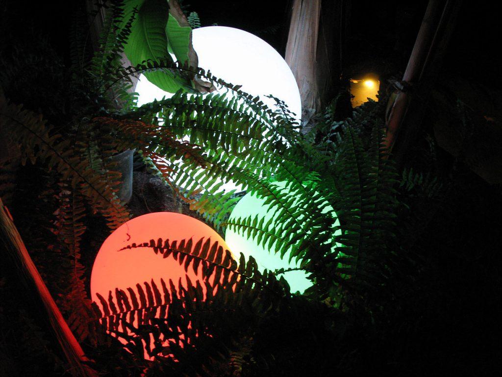 dekoratyviniai spalvas keičiantys sodo burbulai skirti naudoti lauke ir viduje